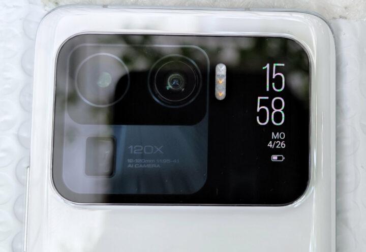 An der Rückseite des Mi 11 Ultra sitzt ein kleines Zweit-Display